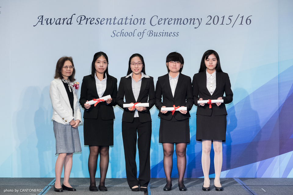 Professor Chow presented the Dean's List awards to BBA-MGT Year 1 students.