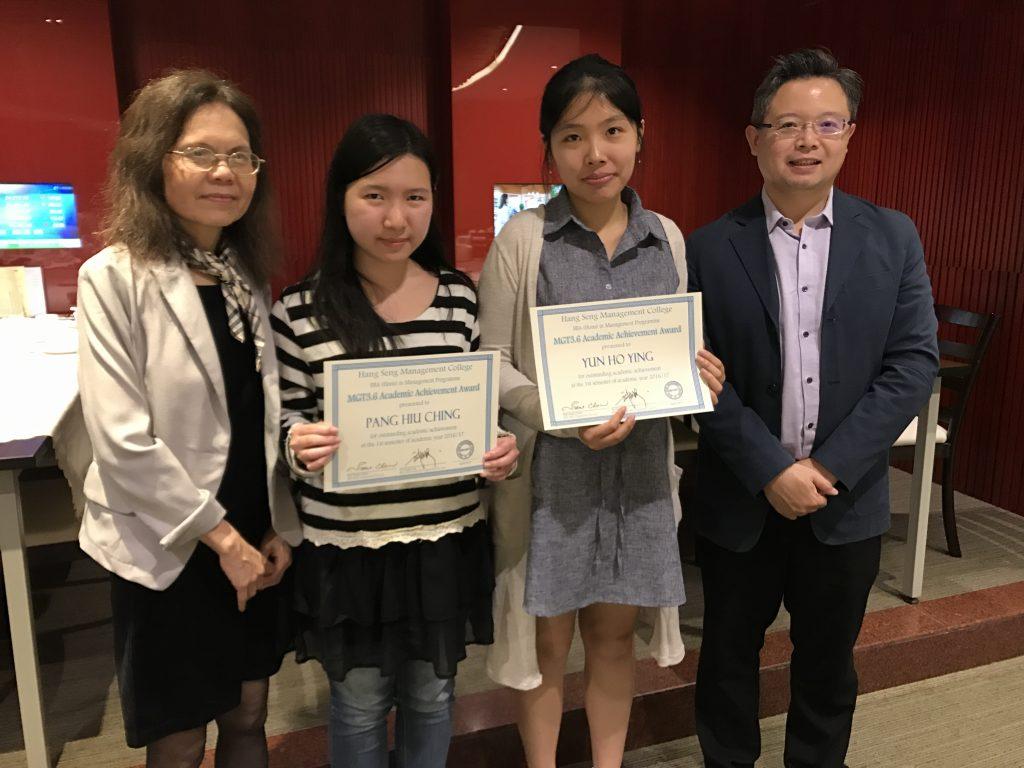 周教授及萬博士與得獎學生慶祝他們的卓越學習成績。