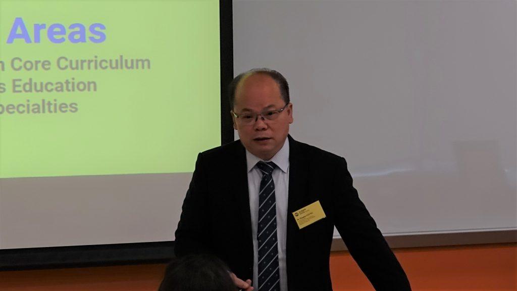 工商管理(榮譽)學士課程總監梁劍平博士向來賓講解課程架構。