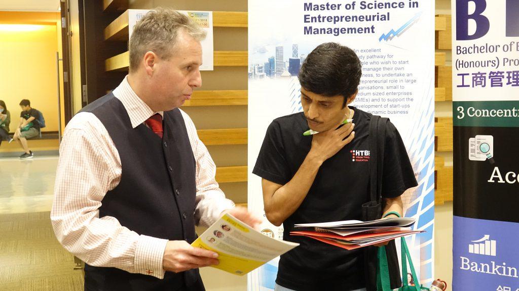 李海東教授解答一位印度學生的家長對課程的查詢。
