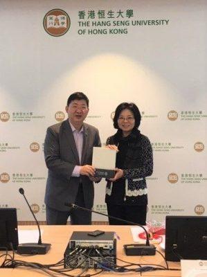 President Ho presenting a souvenir to Prof Kaili Yieh