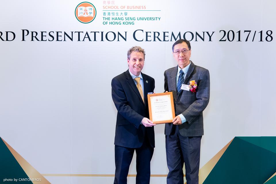 商學院院長李海東教授(左)頒發獎項予陳克先博士