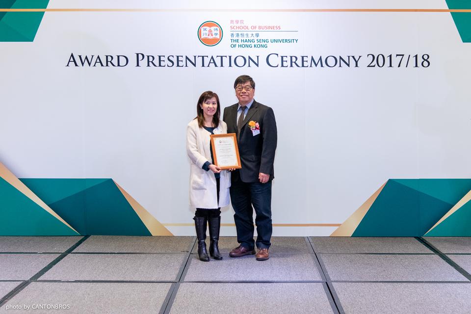 會計學系系主任林自強教授(右)頒發獎項予周懿行博士。