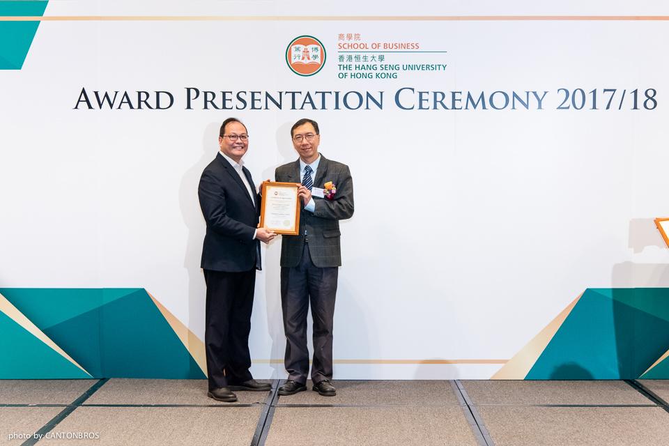 市場學系系主任陳克先博士(右)頒發獎項予羅永滔博士。