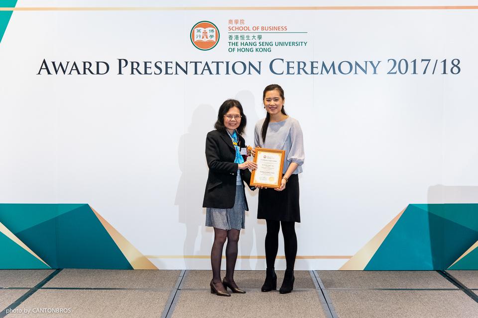 管理學系系主任周巧笑教授(左)頒發獎項予王亞美博士。