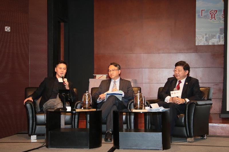 ( 左起 ) 吳繼煒先生、論壇主持人恒大經濟及金融學系 鄭家明博士以及何順文校長