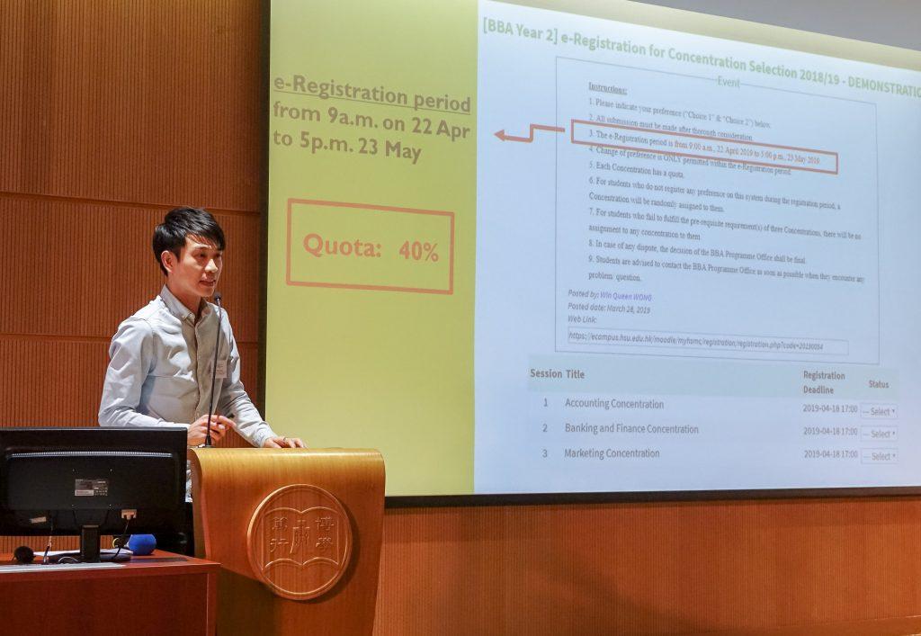 學術顧問郭穎駿博士為同學示範在內聯網平台表示選修意向