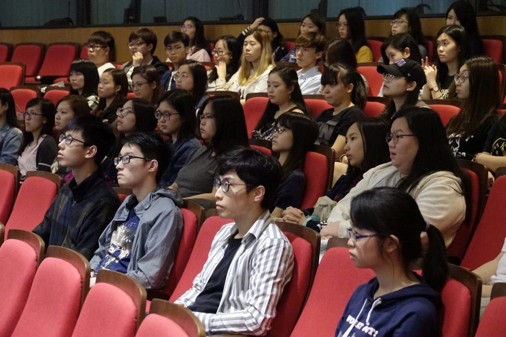 同學留心聆聽選修代表對會計學、銀行及金融學及市場學的講解,認真思考選修意向