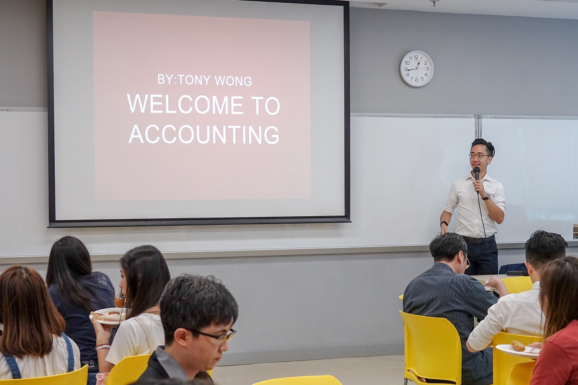 Mr Tong Wong, BBA Envoy, presented his sharing about Accounting Concentration to students